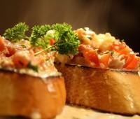 Brusquetas con queso y salmón ahumado