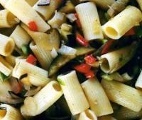 Ensalada de pasta, berenjenas y tomates confitados: