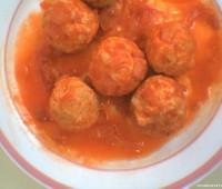 Albóndigas de pollo y cereal con salsa de tomate