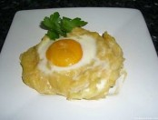 Huevo en Nido de papa con salsa de tomate superfácil