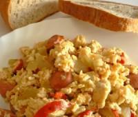 Revuelto de huevos, tomates y albahaca