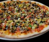 Pizza de maíz vegetariana con hongos y verdeo