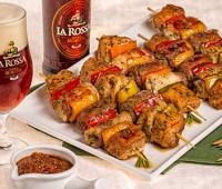 Brochet de cerdo y pollo a la cerveza para preparar entre amigos