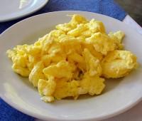 Huevos revueltos con manteca