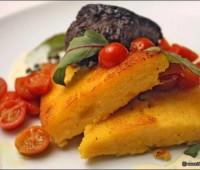Polenta grillada y con queso rallado