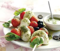 Brochet de cherry, muzarella y albahaca: Brochettas capreses