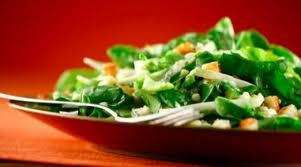 ensalada de espinaca y croutons