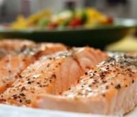 Salmón marinado al horno con capa crocante