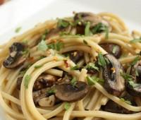 Tallarines con salsa de champignones y tomillo