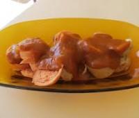 Salchichas salteadas con cebolla y aderezos