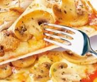 Pizza de champiñones, panceta y cebolla