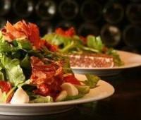 Ensalada verde con tomates confitados y almendras