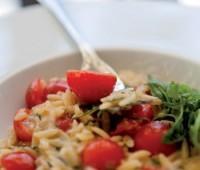Risotto capresse: receta casera de arroz con tomate y albahaca