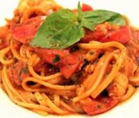 Tallarines con salsa de tomate y albahaca