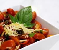 Ensalada de Tomate, albahaca y aceitunas negras