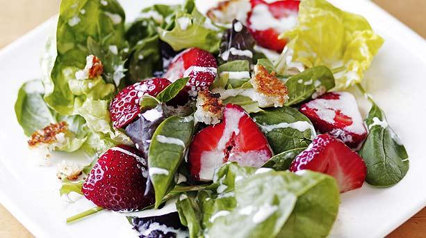 ensalada verde con frutillas