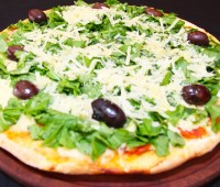 Receta: Pizza de rúcula y jamón crudo