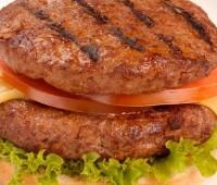 Deliciosas hamburguesas de carne y mortadela
