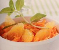 Una ensalada fresca de zanahoria y naranjas con canela