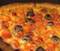 Una facilísima tarta de tomates, queso y aceitunas