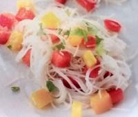 Fideos finos de arroz con pimiento y cilantro