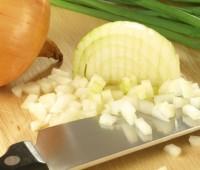 Los mejores trucos para picar cebollas sin llorar