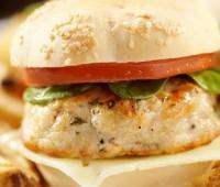 Hamburguesas de pescado con mayonesas saludables, perfectas para disfrutar en Pascuas
