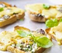 Verdes con tostones de queso gratinado