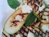 Zucchini asados con queso fresco y menta