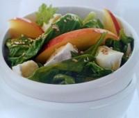 Ensalada de  espinacas con brie, sésamo y melocotón