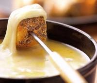 Deliciosa fondue de queso para compartir en familia