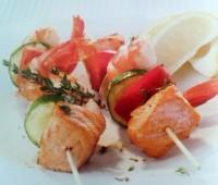 Brochettes de salmón con langostinos