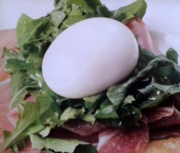 Brusquetas de rúcula, jamón cocido crudo y huevo moillet