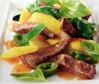 Carne de buey con mango y espinacas