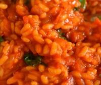 Risotto de tomates y albahaca