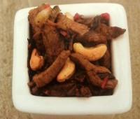 Salteado de carne con castañas de cajú