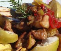 Bondiola de cerdo con manzanas y peras