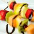 Brochette de frutas con fondue de chocolate con salsa de frambuesa