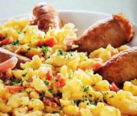 Sabroso revuelto de huevo con salchichas y beicon