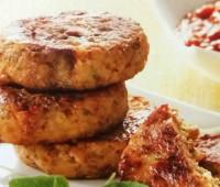 Deliciosas hamburguesas de carne y papas