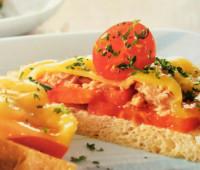 Tostadas de atún con tomates para compartir con amigos