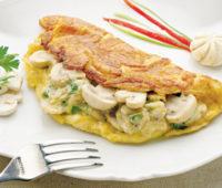 Facilísimo omelette de cebolla, queso y champiñones