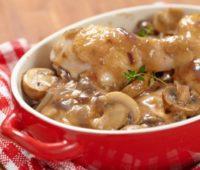 Deliciosa cazuela de pollo y champiñones para compartir en un almuerzo