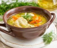 Nutritivo caldo de pollo para compartir en familia