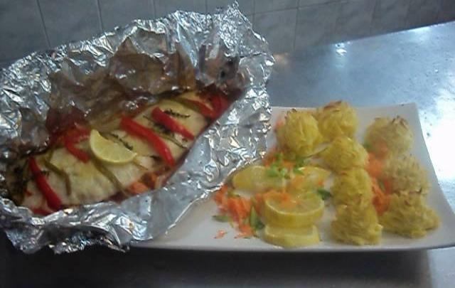 Pescado al horno con vegetales receta r pida con papel de - Cocinar verduras al horno ...