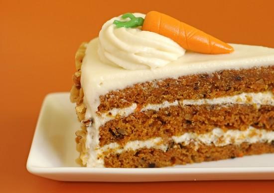rebanada-de-pastel-de-zanahoria-en-fondo-naranja