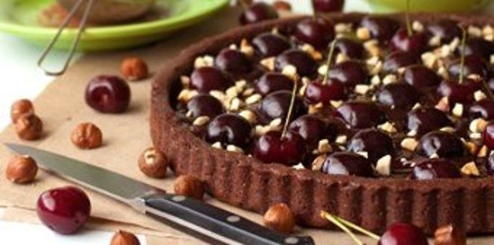 Tarta-de-chocolate-y-avellanas-con-cerezas