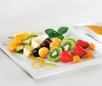 Brochette de frutas caramelizadas a la parilla