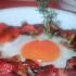 Deliciosos huevos en una cazuela