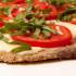 Sabrosas milanesas con tomates, mozzarella y albahaca